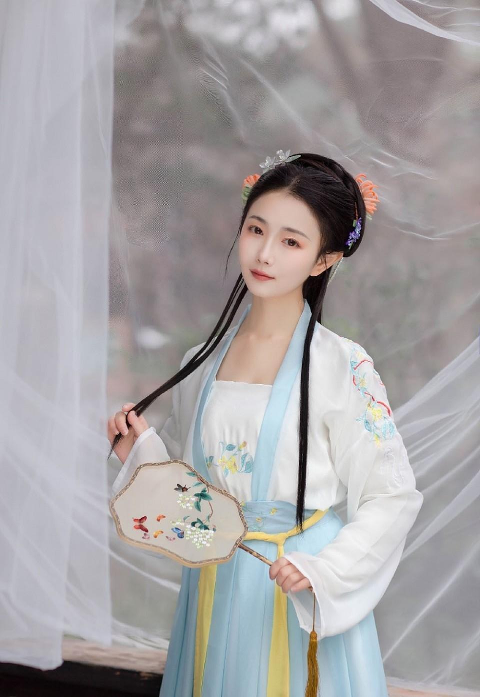 仙气十足的粉嫩小妹古装汉服人体艺术写真